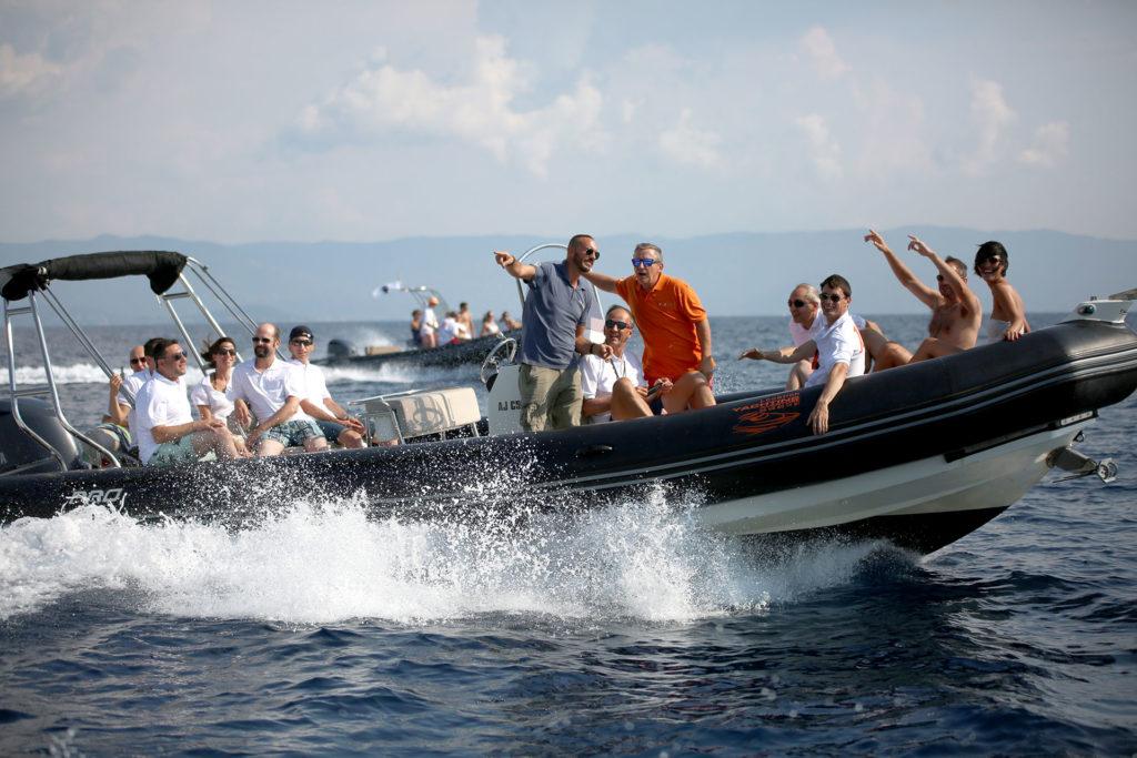 Une flotte de bateaux semi-rigides fendent l'eau avec à leur bord les participants