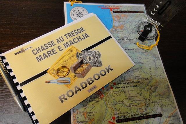 Un road-book, une carte et une boussole à l'adresse des participants d'un chasse au trésor