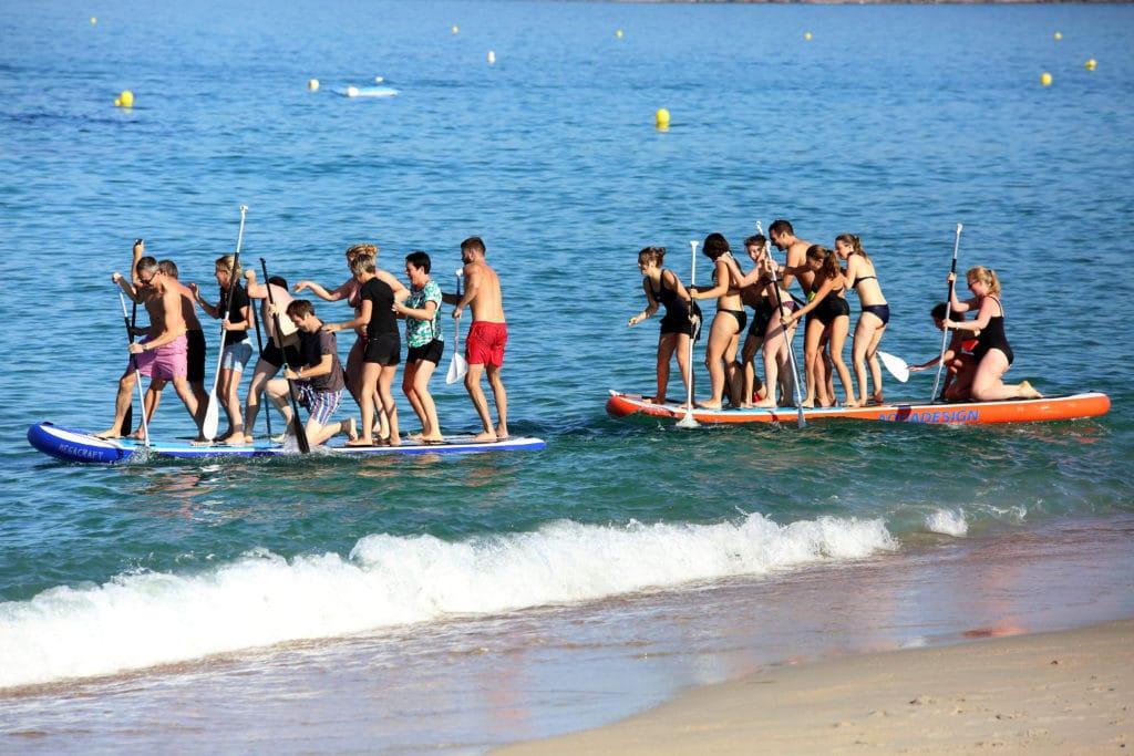 Deux équipes s'affrontent sur des paddles géants