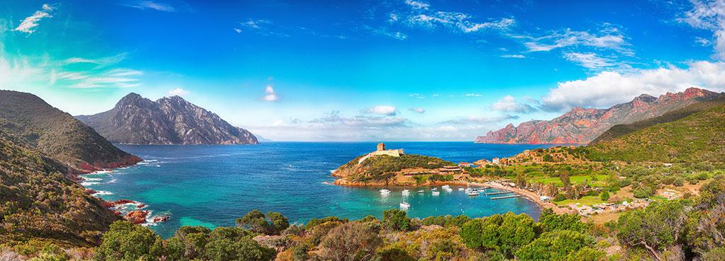 Au cœur d'une baie majestueuse entre terre et mer le superbe village de Girolata