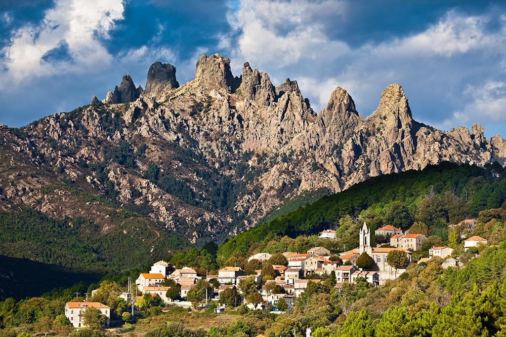 Le village de Zonza et les montagnes en arrière-plan