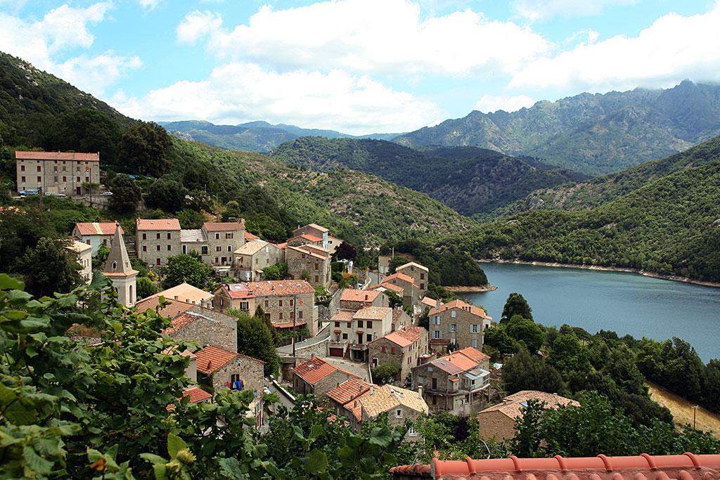 Le village de Tolla surplombe un lac entouré de montagnes