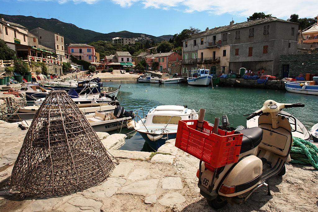 Le petit port de pêche de Centuri avec en premier plan un casier de pêcheur